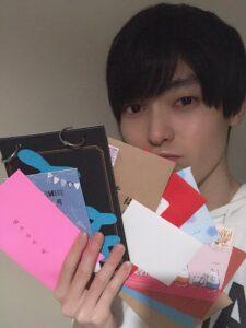 藤田祐哉さんが手紙を持っている写真