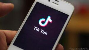 スマホにTikTokが表示されている画像